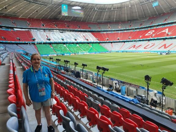Frau steht auf der Tribüne der leeren Allianz Arena