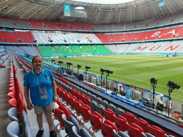 Lisbeth steht auf der Haupttribüne der Allianz Arena.