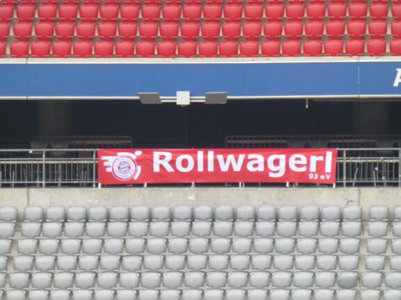 Neuer Rollwagerl Banner im leeren Stadion auf der Ostseite in der leeren der Allianz Arena.