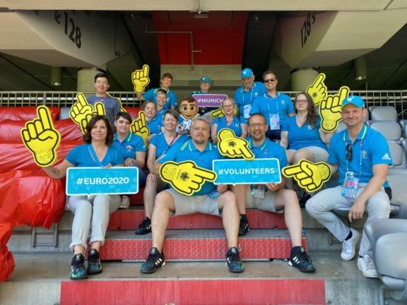Gruppenfoto der Volunteers auf der Tribüne