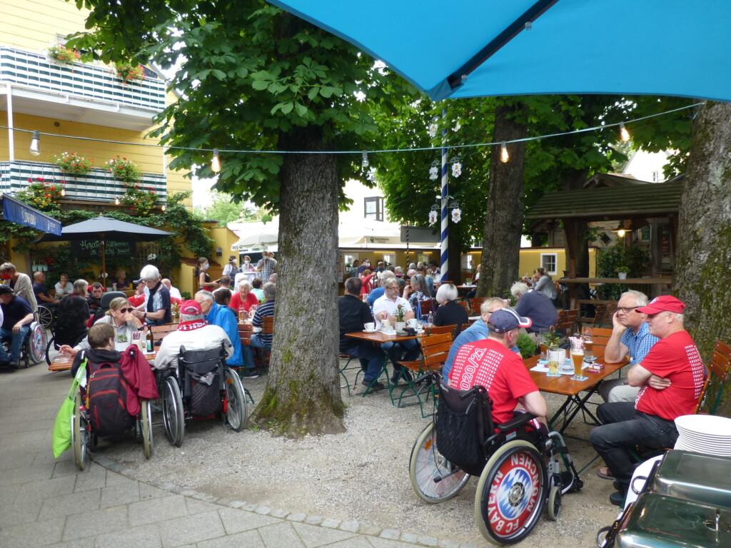 Biergarten mit Teilnhemern des Sommerfestes