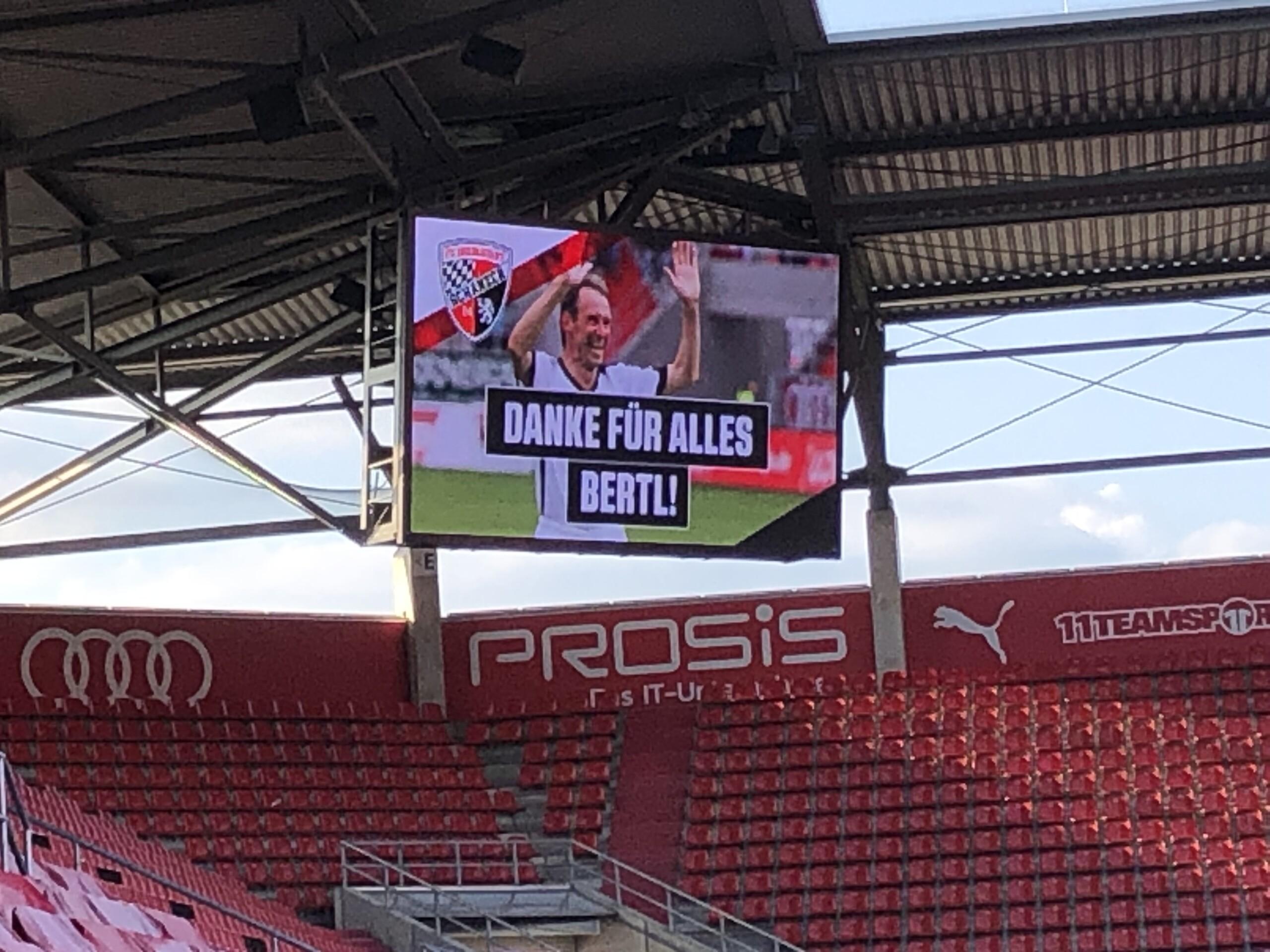 Auf der Stadionleinwand ist ein Bild mit einem Spieler mit der Schrift Danke für alles.